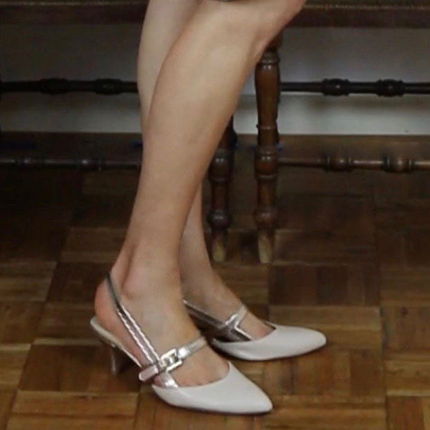 Classic-Fashion-Over-50-Ellen-Tracy-Ivory-Gold-Kitten-Heel-Pumps