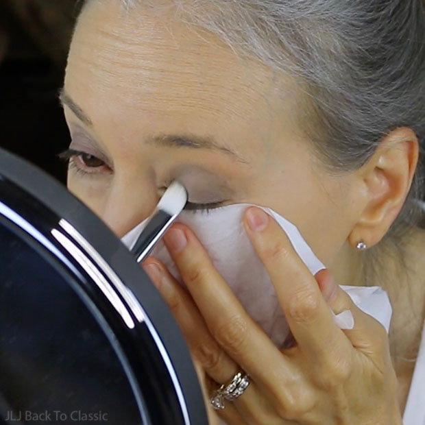 place-eye-shadow-over-entire-moveable-lid-for-large-eye-look